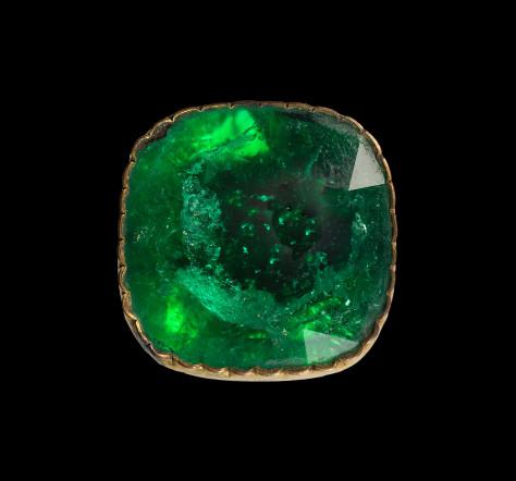 1 Grande-emeraude-dite-de-Louis-XIV-sur-serti-clot-de-type-17e-siecle(c)MNHN_F.Farges