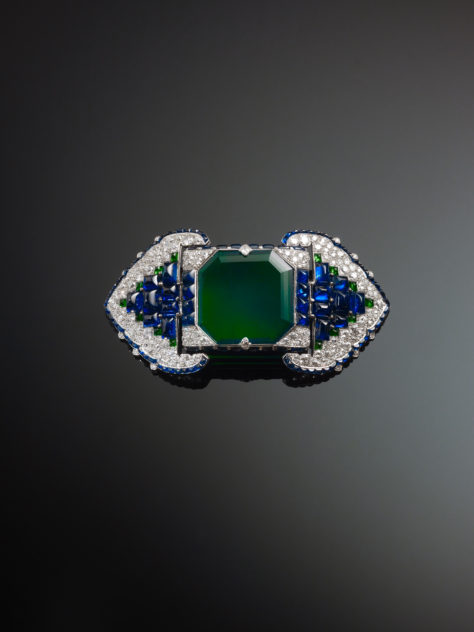9._Brooch_set_with_emeralds_sapphires_and_diamonds_1922_Cartier_Paris_France