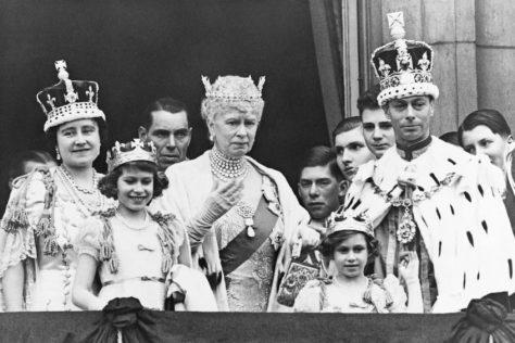 La famille royale sur le balcon du palais de Buckingham après le couronnement du roi George VI d'Angleterre. De gauche à droite, la reine Elizabeth, la princesse Elizabeth, la reine Mary, la princesse Margaret et le roi George VI. @ HULTON-DEUTSCH COLLECTION / CORBIS / GETTY IMAGES.